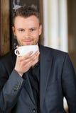 Кофе уверенно бизнесмена выпивая Стоковое Фото
