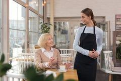 Кофе удовлетворенной женщины выпивая в кафе Стоковые Изображения