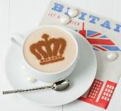 Кофе украшенный с кроной ферзя Салфетка великобританского символа бумажная Стоковое Изображение RF