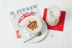 Кофе украшенный с кроной ферзя Салфетка великобританского символа бумажная Стоковая Фотография RF