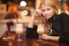 Кофе унылой сиротливой девушки выпивая в кафе Стоковые Изображения
