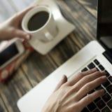 Кофе утра, верхняя часть подола, мобильный телефон, женский печатать, и блокнот Стоковое фото RF