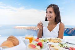 Кофе утра женщины выпивая на завтраке стоковая фотография