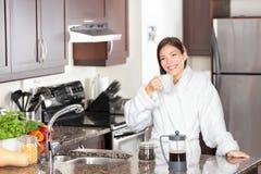 Кофе утра женщины выпивая Стоковое Фото