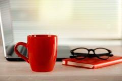 Кофе утра или чашка чая на офисе стоковая фотография