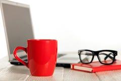 Кофе утра или чашка чая на офисе стоковое фото rf