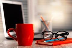 Кофе утра или чашка чая на офисе стоковое изображение rf