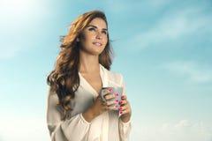 Кофе утра красивой женщины выпивая Стоковая Фотография RF