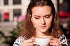 Кофе утра молодой красивой женщины выпивая в внешнем кафе Стоковые Изображения RF