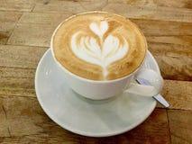 Кофе утра на деревянном столе Искусство капучино классицистическо стоковое фото rf