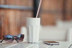Кофе утра на таблице в кафе лета Стоковые Фотографии RF