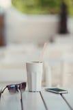 Кофе утра на таблице в кафе лета Стоковые Фото