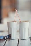 Кофе утра на таблице в кафе лета Стоковые Изображения RF