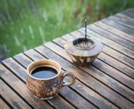 Кофе утра с ладаном вставляет на деревянном столе в саде Стоковые Фотографии RF