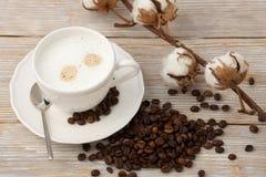 Кофе утра с сливк и цветком хлопка Стоковое Изображение