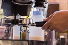 Кофе фасоли и нержавеющая ложка Стоковые Фотографии RF