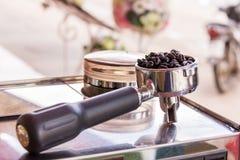 Кофе фасоли и нержавеющая ложка Стоковые Фото
