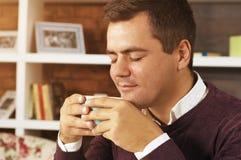 Кофе, чай или шоколад питья молодого человека Стоковые Изображения