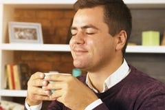 Кофе, чай или шоколад питья молодого человека Стоковое Изображение