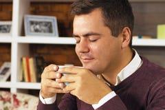 Кофе, чай или шоколад питья молодого человека Стоковая Фотография