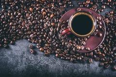 Кофе Чашка черного кофе и разлитых кофейных зерен помадка чашки круасанта кофе пролома предпосылки Стоковое Изображение