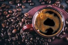 Кофе Чашка черного кофе и разлитых кофейных зерен помадка чашки круасанта кофе пролома предпосылки Стоковые Фотографии RF