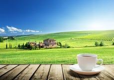 Кофе чашки и ландшафт Тосканы Стоковое Фото