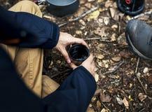 Кофе человека выпивая в лесе Стоковые Фотографии RF