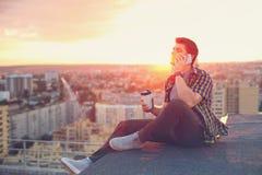 Кофе человека выпивая и говорить на телефоне Стоковые Изображения RF