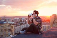 Кофе человека выпивая и говорить на телефоне Стоковые Изображения