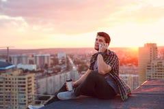 Кофе человека выпивая и говорить на телефоне Стоковое Изображение