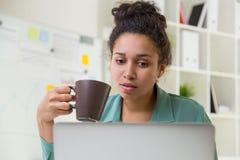 Кофе черной девушки выпивая Стоковое Изображение