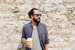 Кофе человека выпивая от бумажного стаканчика на улице Стоковые Изображения