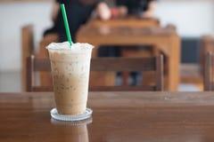 Кофе льда в кофейне на деревянном столе Стоковые Фото