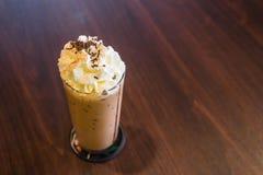 Кофе льда, mocha, запачкает деревянную предпосылку Стоковые Фотографии RF