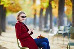 Кофе элегантной парижской женщины выпивая в парке Стоковые Изображения