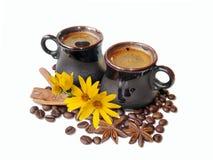 Кофе эспрессо в чашках kraft керамических и зернах черного кофе Стоковое Фото