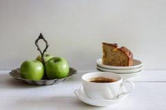 Кофе эспрессо и отрезанный домодельный хлеб банана Стоковые Фотографии RF