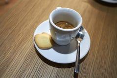 Кофе эспрессо и печенье стоковые изображения rf