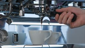 Кофе эспрессо лить от машины эспрессо Стоковая Фотография RF