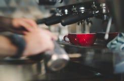 Кофе эспрессо сделанный машиной стоковое изображение rf