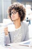 Кофе элегантной Афро-американской женщины выпивая, работая Стоковая Фотография RF