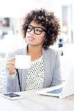 Кофе элегантной Афро-американской женщины выпивая, работая Стоковое Изображение