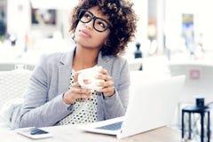 Кофе элегантной Афро-американской женщины выпивая, работая Стоковое Изображение RF