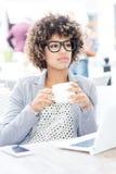 Кофе элегантной Афро-американской женщины выпивая, работая Стоковые Фотографии RF