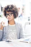 Кофе элегантной Афро-американской женщины выпивая, работая Стоковые Изображения RF
