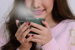 Кофе для гурманов в руках девушки Стоковая Фотография