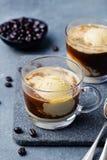 Кофе Affogato с мороженым на предпосылке шифера стеклянной чашки серой стоковые изображения rf