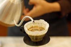 Кофе barista молодого человека лить стоковые фото