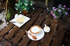 Кофе Latte горячие и торт кокоса на таблице Стоковое Изображение RF